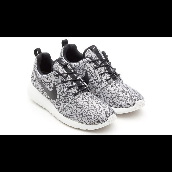 f91aa657849d Nike Roshe Run Men s 10 gpx geometric grey black. M 5b14889d409c151e41772251